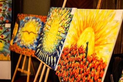Un peintre s'inspire des Paroles cachées