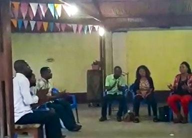 Le chœur répète la chanson intitulée « Mutumibwe Munene », qui veut dire « Un Grand Messager »