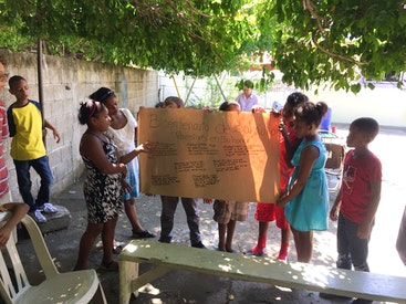 Des jeunes en République Dominicaine écrivent des poèmes et des chants sur Bahá'u'lláh