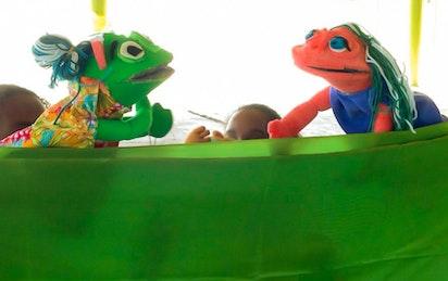 Un spectacle de marionnettes à Antigua présentant des histoires sur la Foi baha'ie