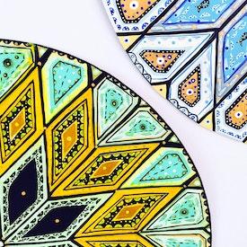Des peintures représentants les « Astres Jumeaux », le Báb et Bahá'u'lláh
