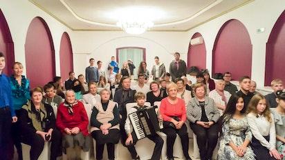 Bahá'ís de Vladivostok célèbre le bicentenaire avec voisins et amis