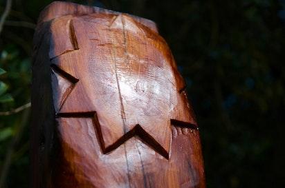 Les fêtes inspirent la sculpture d'un poteau traditionnel maori