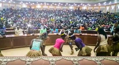 Dance traditionnelle présentée devant 400 personnes à Bangui en République centrafricaine